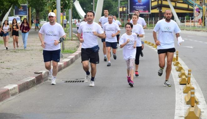 Sute de alergători, la ediţia jubiliară a Crosului Naţional Olimpic - sute6-1497788896.jpg