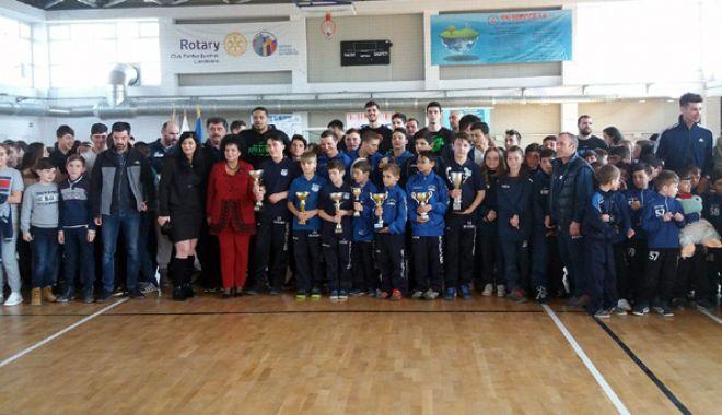 Foto: Sute de copii s-au bucurat, la Cumpăna, de prezenţa sportivilor de la BC Athletic şi CSU Neptun