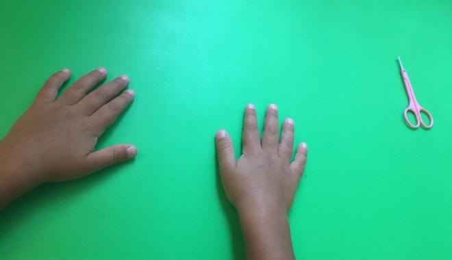 Foto: Tăiatul unghiilor pentru un copil  cu autism