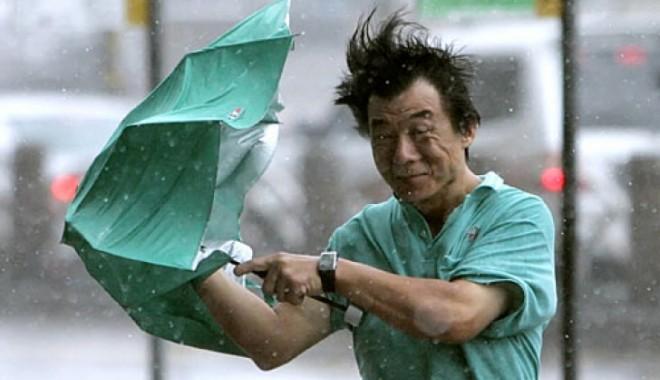 Foto: ALERT� MAXIM� �n sudul Japoniei: Un taifun foarte puternic se �ndreapt� c�tre insula Okinawa
