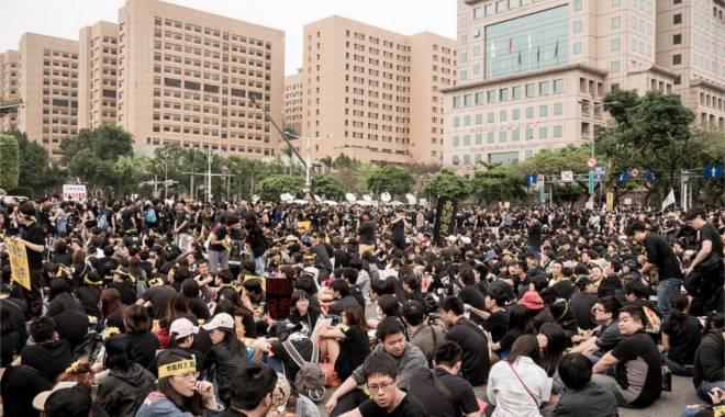 Foto: Protest faţă de modificarea manualelor. Studenţii au ieşit în stradă