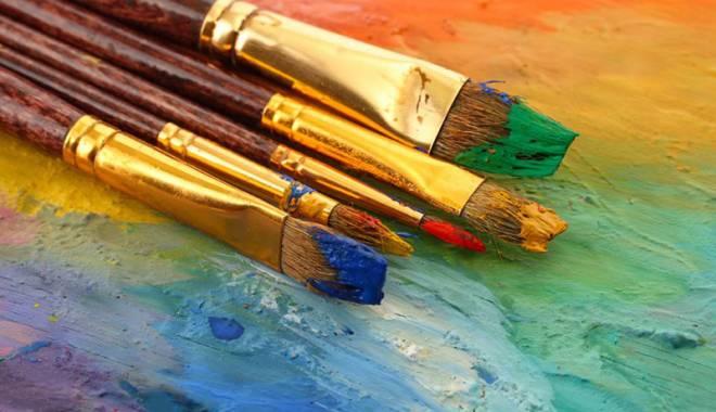 Foto: O talentată elevă de clasa a VII-a  îşi vernisează expoziţia la Mangalia