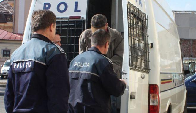 Foto: Doi bărbați, reținuți după ce au tâlhărit o femeie pentru… 12 lei