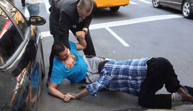 Foto: Tânăr arestat după ce a bătut un bărbat în plină stradă
