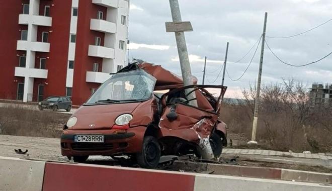 Foto: Tânăr decedat după ce a intrat cu maşina în stâlp, la Mamaia Nord