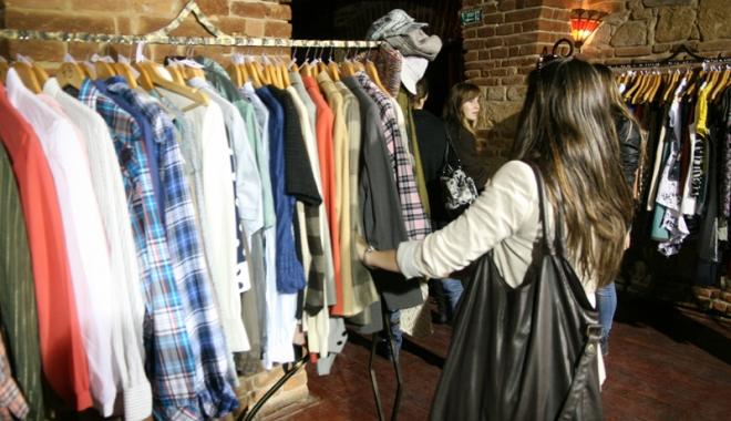 Foto: Tânără prinsă după ce a furat haine de fiţe