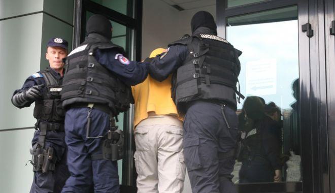 Foto: Tânărul care şi-a încătuşat bunicul şi l-a băgat în portbagaj, arestat preventiv