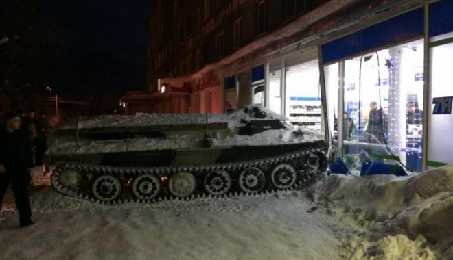 Foto: A intrat cu un tanc furat într-un magazin, doar pentru a fura o sticlă de vin