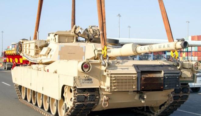 """Foto: Tancuri """"pentru pace"""" ale Armatei SUA, descărcate la Constanţa"""
