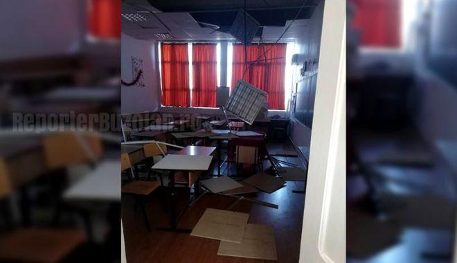 Foto: NICI LA ŞCOALĂ NU MAI EXISTĂ SIGURANŢĂ! Tavanul s-a prăbușit peste elevii care dădeau teză