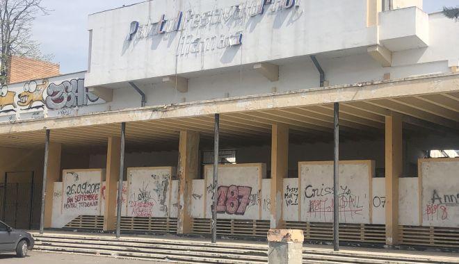 Teatrul de Vară din Mamaia stă să cadă. Îl renovăm cu milioane de euro sau construim altul nou? - teatru3-1557425074.jpg