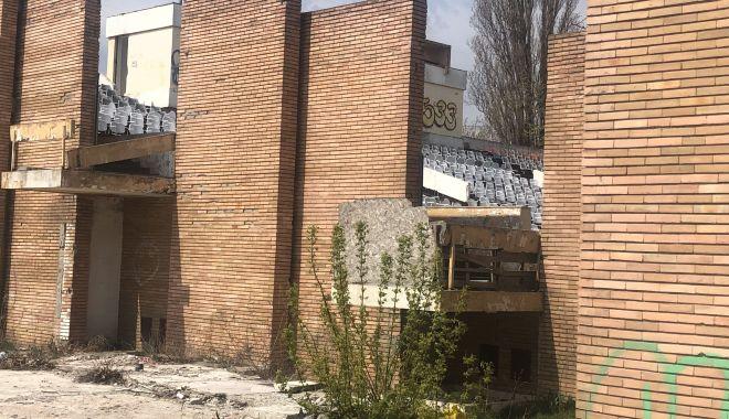 Teatrul de Vară din Mamaia stă să cadă. Îl renovăm cu milioane de euro sau construim altul nou? - teatru4-1557425195.jpg