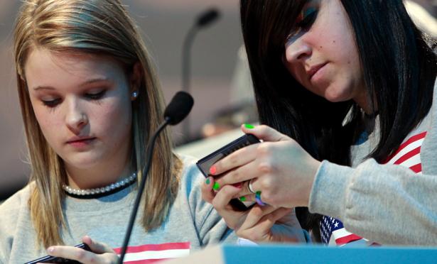 Iată cum supraveghezi activitatea copiilor de la distanţă - teensphones-1408688152.jpg