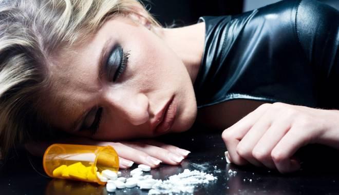 Foto: Tentaţia care ucide! Fumători şi consumatori de droguri încă din adolescenţă