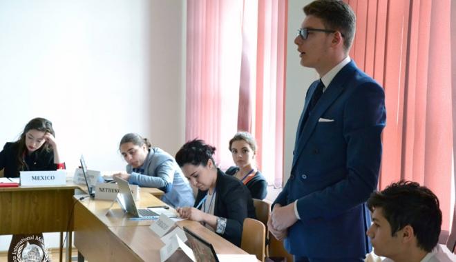 Foto: Terorismul, refugiaţii şi siguranţa pe internet, dezbătute de studenţi şi elevi