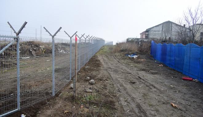 Gard de beton şi sârmă ghimpată, într-o Constanţă mizerabilă.