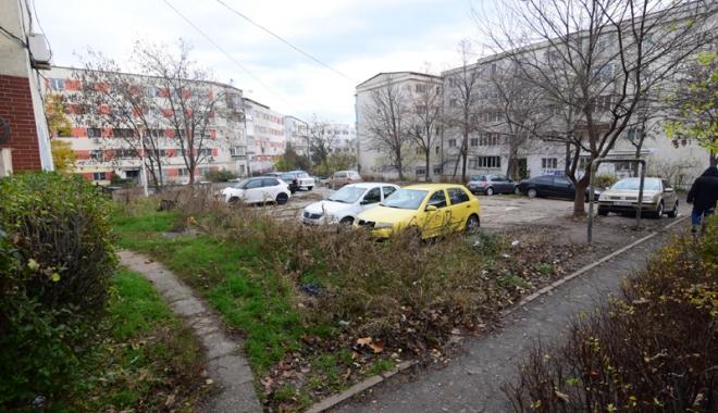 """Foto: """"Ne-am trezit cu tot terenul din spatele blocului ca fiind proprietate privată!"""""""