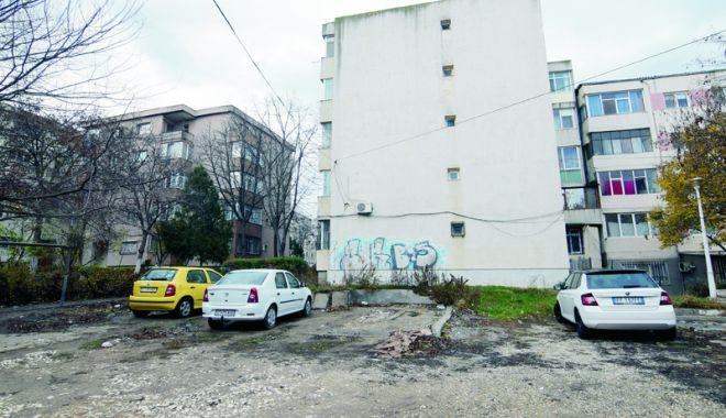 """Foto: Lăsaţi fără parcare între blocuri, au ajuns la disperare! """"Noi unde ne mai parcăm mașinile?"""""""