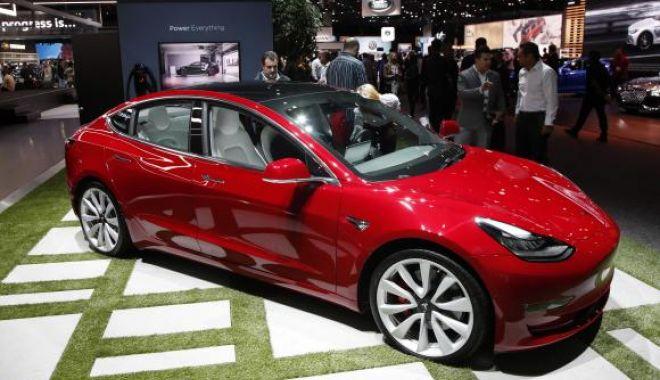 """Foto: Premii de 900.000 de dolari pentru hackerii care pot """"sparge"""" sistemele Tesla Model 3"""