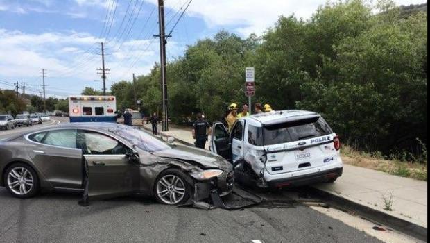 Foto: Un autoturism Tesla pe autopilot a lovit maşina de poliţie