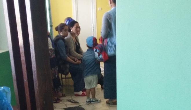 Foto: Invazia romilor, la Spitalul Judeţean.