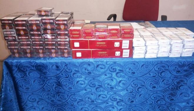 Foto: Sute de pachete  de ţigări abandonate într-un chioşc,  găsite de jandarmi