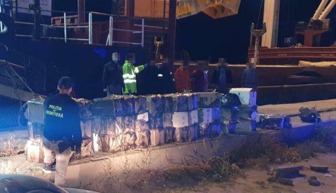 Foto: Focuri de armă în port, pentru prinderea unor marinari contrabandiști de țigări