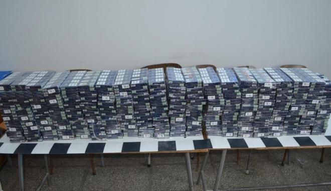 Foto: CAPTURĂ LA CONSTANŢA. 40.000 de ţigarete de contrabandă, ascunse în cabina unui camion care trecea frontiera