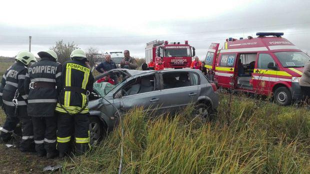 Foto: GRAV ACCIDENT RUTIER. Trei persoane s-au răsturnat cu maşina