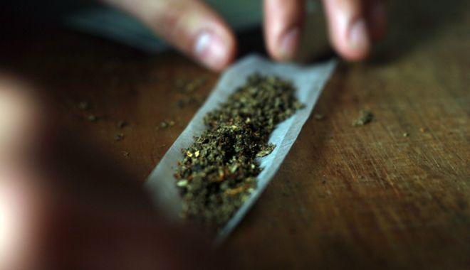 Foto: Tineri prinşi cu droguri în… şerveţel