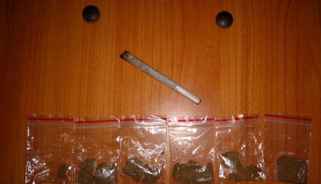 Foto: Tineri prinşi cu droguri, în zona Pescărie