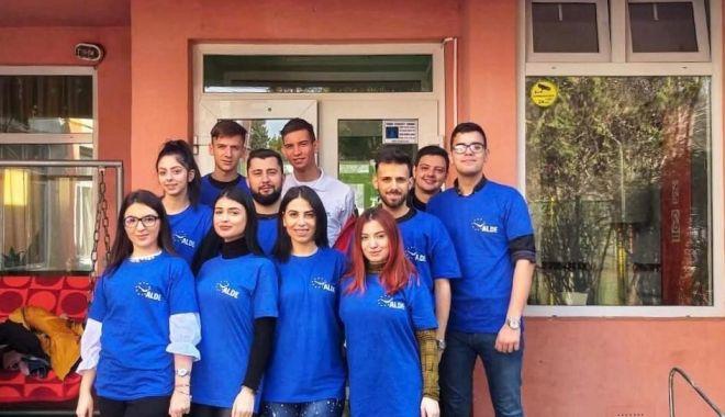 Foto: Tinerii din ALDE Constanța, alături de copiii infectați cu HIV