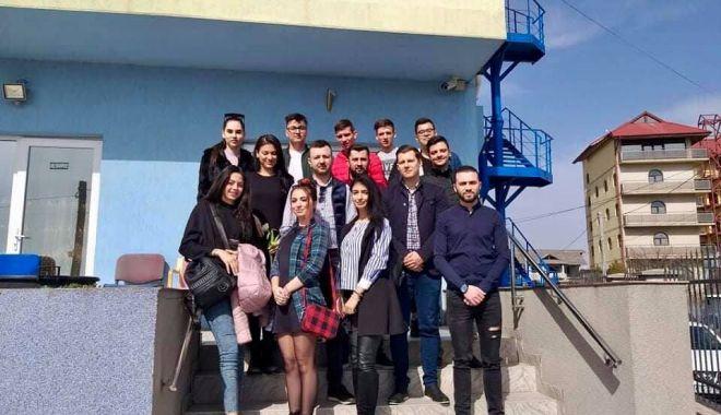 """Foto: Tinerii din ALDE Constanța, vizită la Căminul de Bătrâni """"Azur"""""""