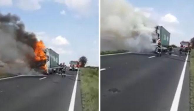 VIDEO / ATENȚIE, ȘOFERI! Trafic blocat pe DN22C. Arde un tir - tir-1593076582.jpg