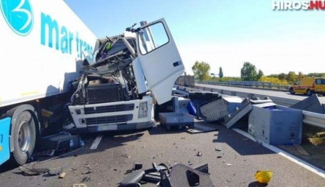 Foto: TIR românesc implicat într-un accident cumplit, pe autostradă. Două persoane au murit, iar alte 15 au fost rănite