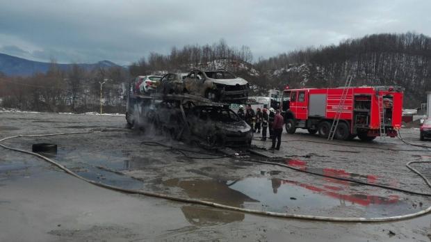 Foto: VIDEO / Un TIR încărcat cu opt maşini a luat foc. Patru dintre ele au explodat
