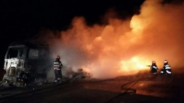 Foto: INCENDIU DE PROPORŢII. Un TIR plin cu haine a ars în întregime