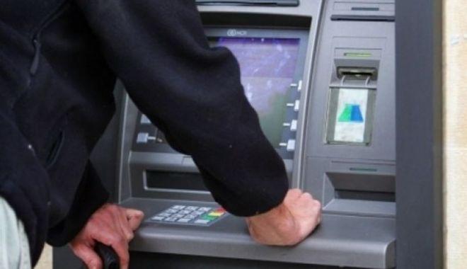 Foto: Un hoț de tot râsul! A spart bancomatul, dar nu a știut ce să fure