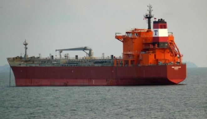 Foto: Garda înarmată de pe un tanc petrolier a respins atacul piraţilor