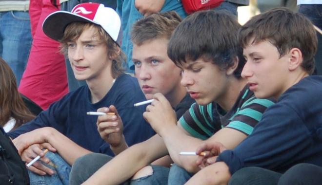 Foto: Îngrijorător! Tot mai mulţi adolescenţi fumători