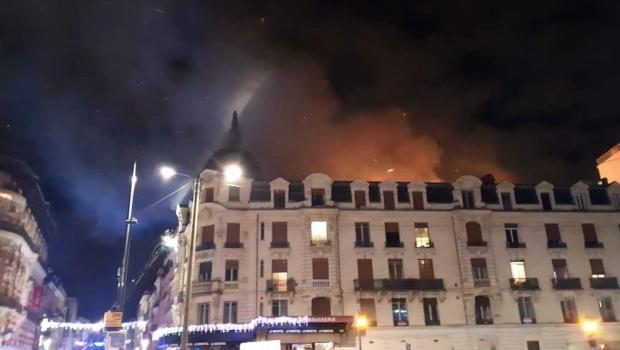 Foto: Incendiu devastator într-un bloc cu patru etaje din centrul oraşului Toulouse. 19 persoane au fost rănite