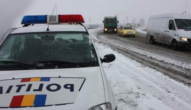 Foto: Autocisternă plină cu motorină, răsturnată într-un şanţ de pe marginea drumului