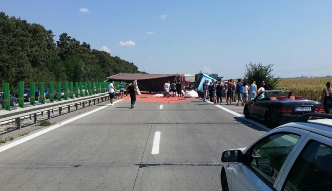 Foto: Traficul pe Autostrada Soarelui, blocat şase ore din cauza unui TIR răsturnat