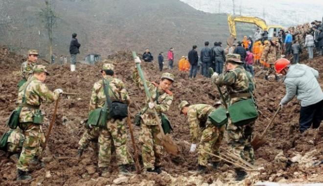 Foto: Tragedie! Aproximativ 40 de persoane au fost îngroptate de vii, din cauza unei alunecări de teren
