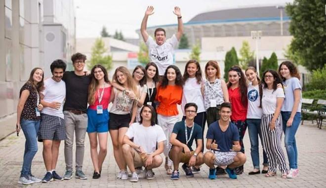 """Foto: """"Be Social Able"""". Elevii de la Liceul """"Traian"""" se implică în problemele societăţii"""