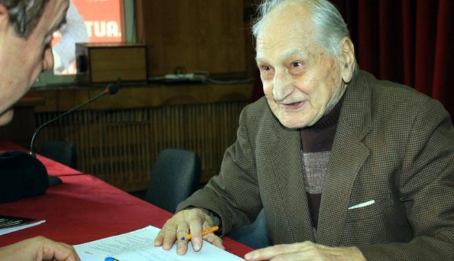 Foto: Profesorul Traian Petcu îşi lansează cartea despre luptele constănţene