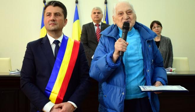Foto: Profesorul Traian Petcu a primit placheta ce atestă că este cetăţean de onoare al Constanţei
