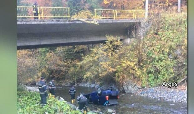 Foto: Șoferiță rănită, după ce a plonjat cu mașina într-un pârâu, pe Transfăgărășan