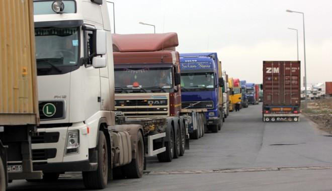 Foto: Transportatorii sunt furioşi. Ameninţă că vor alimenta în afara ţării!