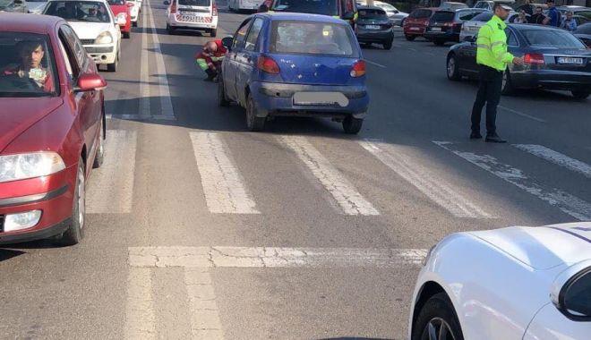 Foto: Bărbat de 65 de ani accidentat în timp ce trecea strada